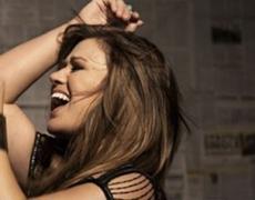 Kelly Clarkson Memohon Pada Adele Untuk Merilis Karya Baru