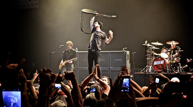 044043100_1418791632-green_day_live
